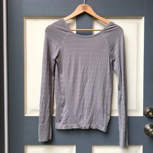 Athleta flattering workout top with thumb holes